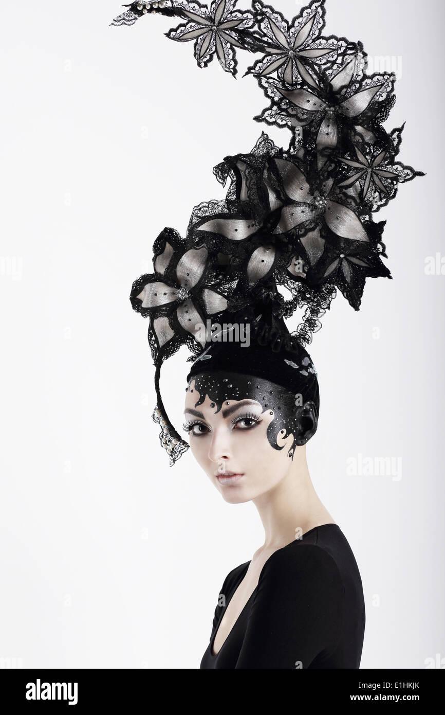 Femme excentrique élégant avec du maquillage de fantaisie et d'exagéré Hat Photo Stock