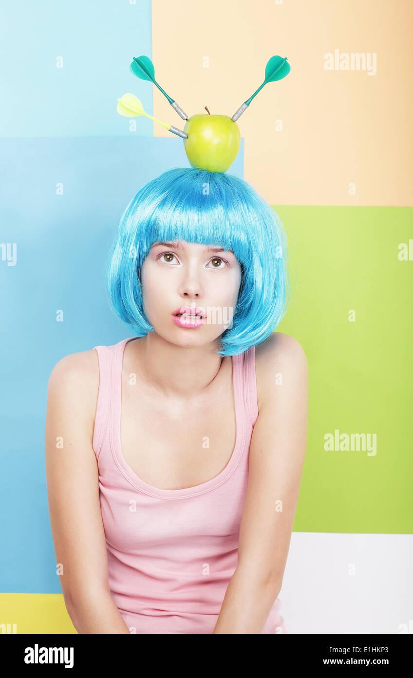 Femme stylisée avec Apple sur sa tête aux cheveux bleus. Série de photos Photo Stock