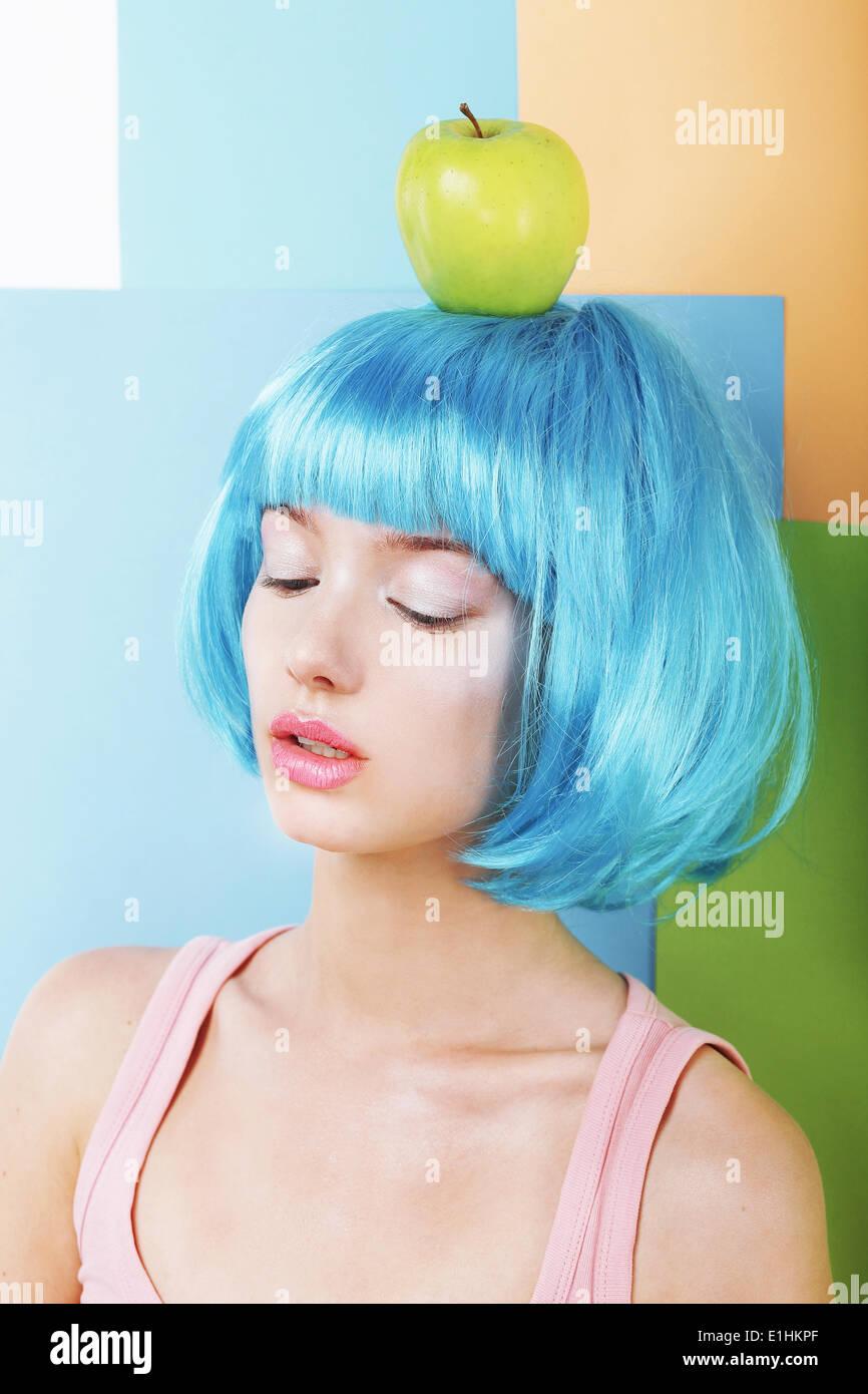 La femme en bleu stylisé bizarre avec perruque de Green Apple Photo Stock