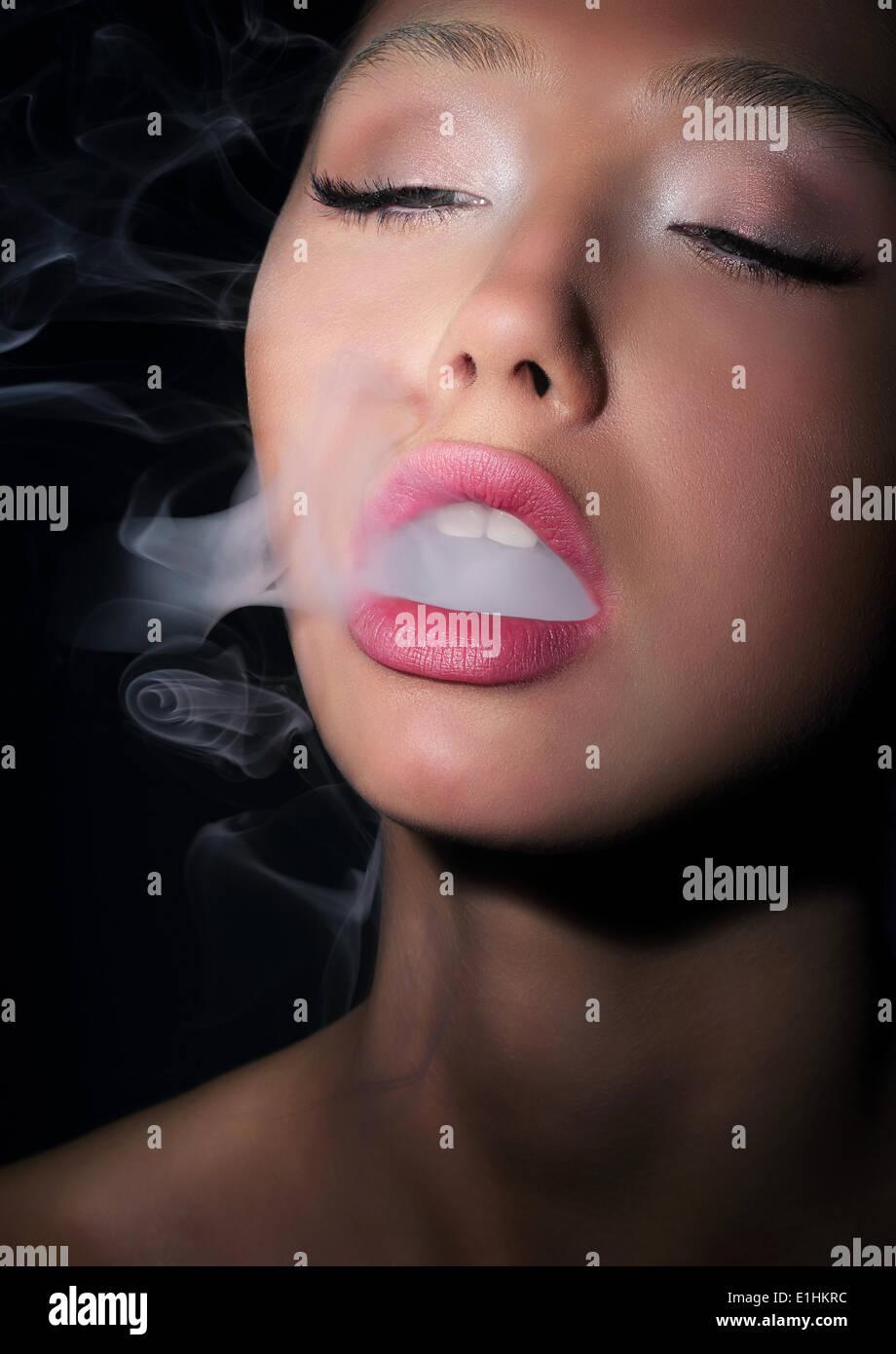 La dépendance. La dépendance. Femme fumeur de cigarettes fumée exhale Photo Stock