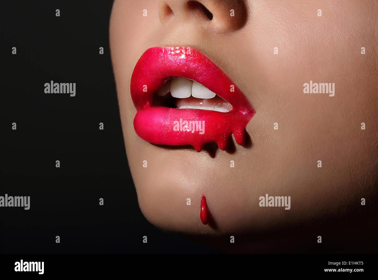 Splash. Des lèvres rouges de la femme avec des gouttes de rouge à lèvres. La créativité Photo Stock