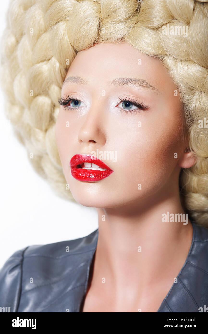 Coiffure extravagante. Femme élégante avec art créatif perruque à la mode  Photo Stock