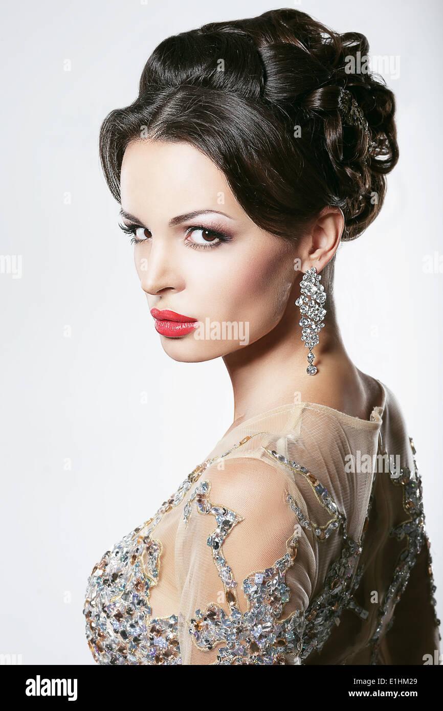 La prospérité. Luxe. Showy glamour Femme avec boucles d'oreilles Diamant Photo Stock