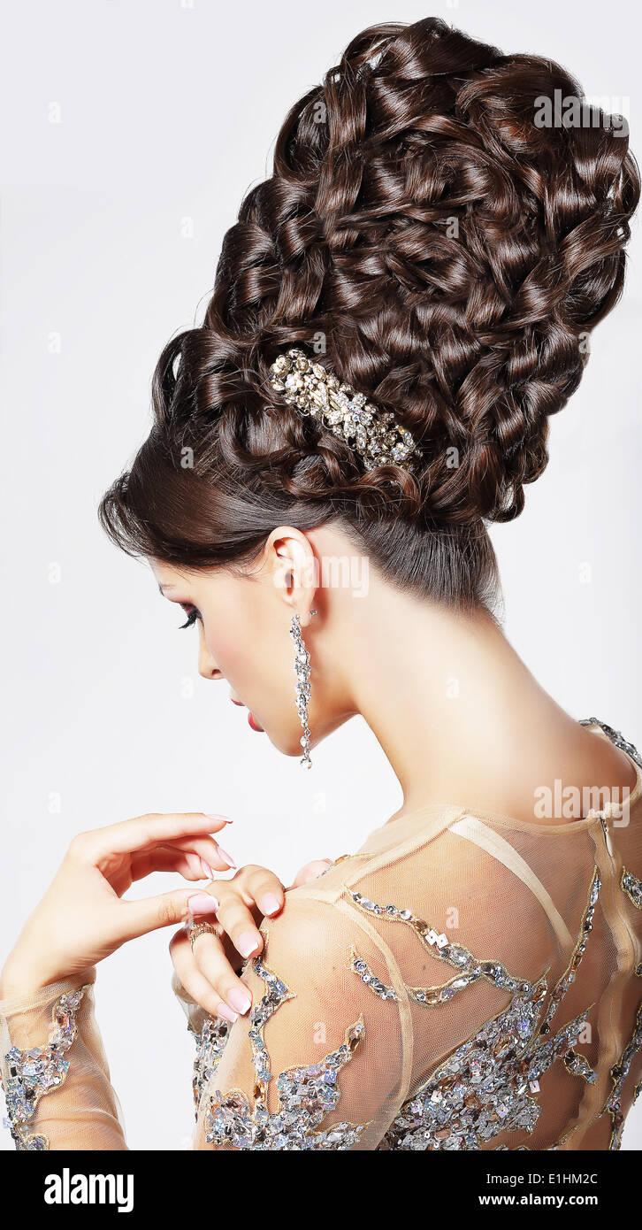 Luxe. Modèle de mode très tendance avec Updo tressé - Tress. Style Vogue Photo Stock