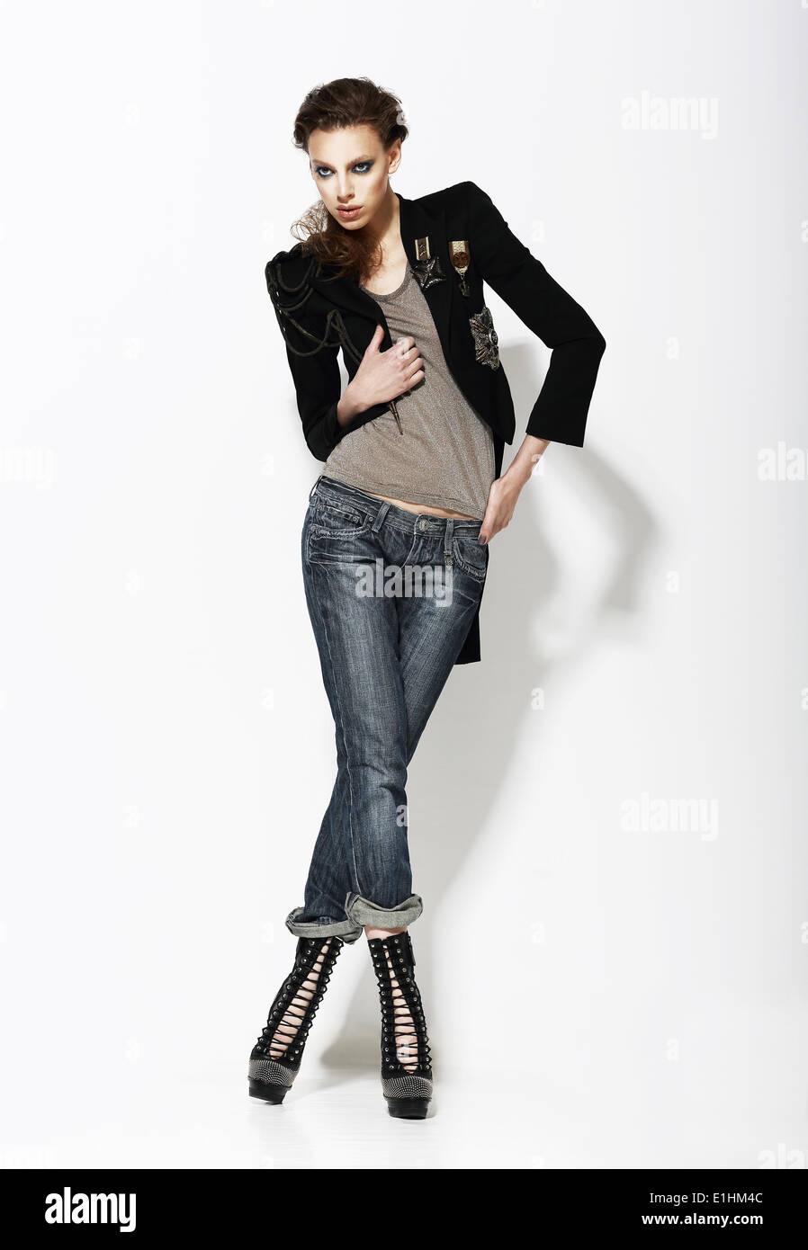 La mode. Portrait de femme élégante dans le cadre de pose Photo Stock