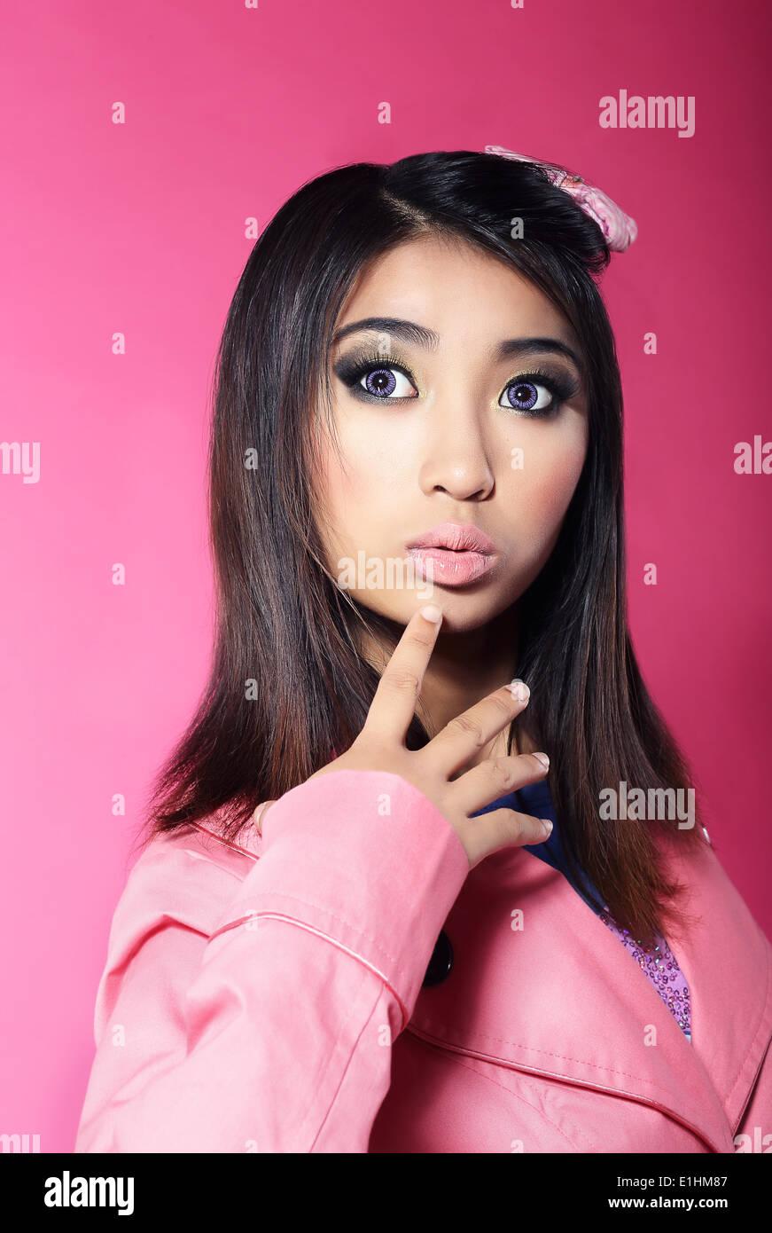 Attractivité. Portrait of Asian Brunette avec de grands yeux surpris Photo Stock