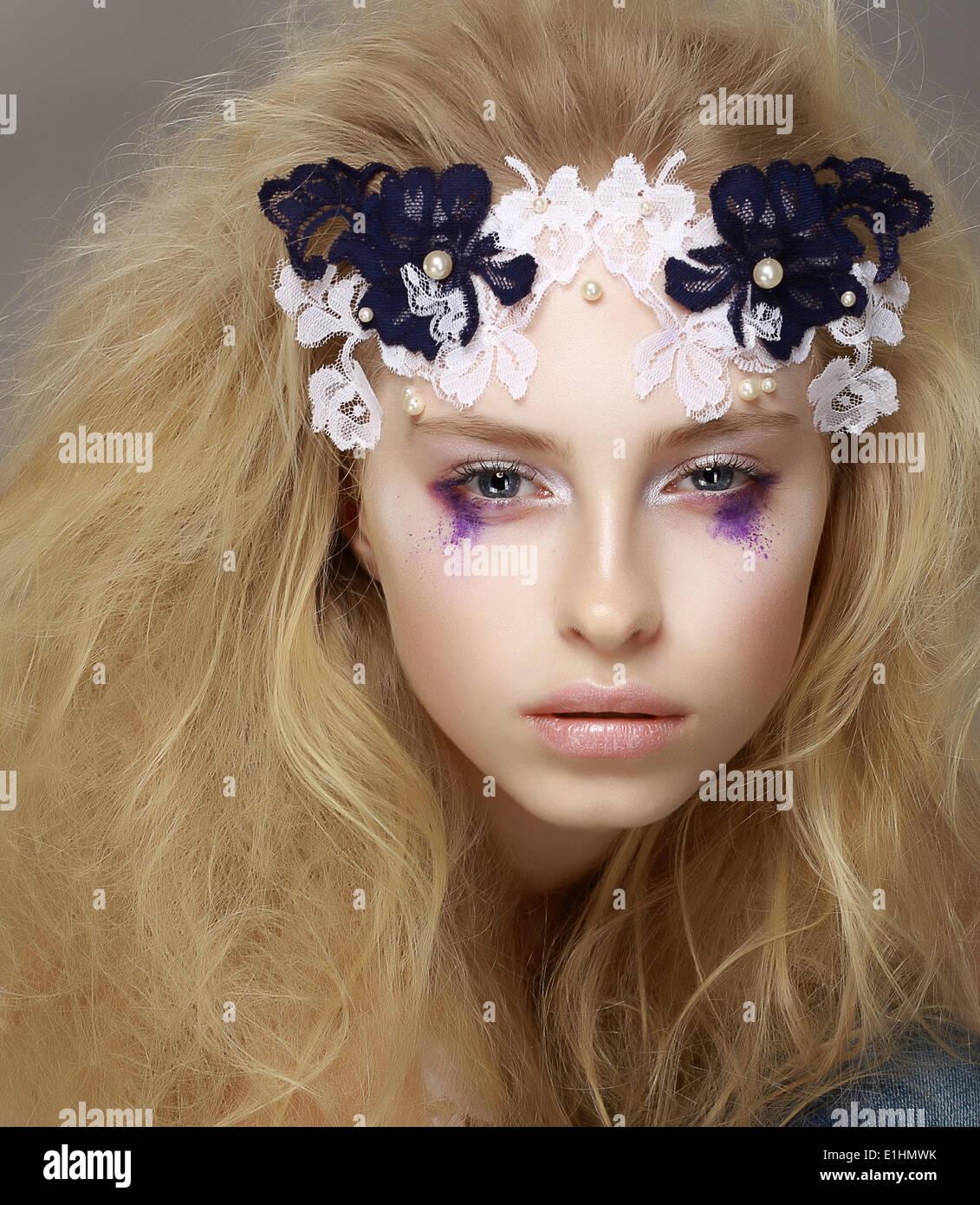 La dentelle. Closeup Portrait of Fashion model attractif élégant moderne avec un miroir Photo Stock