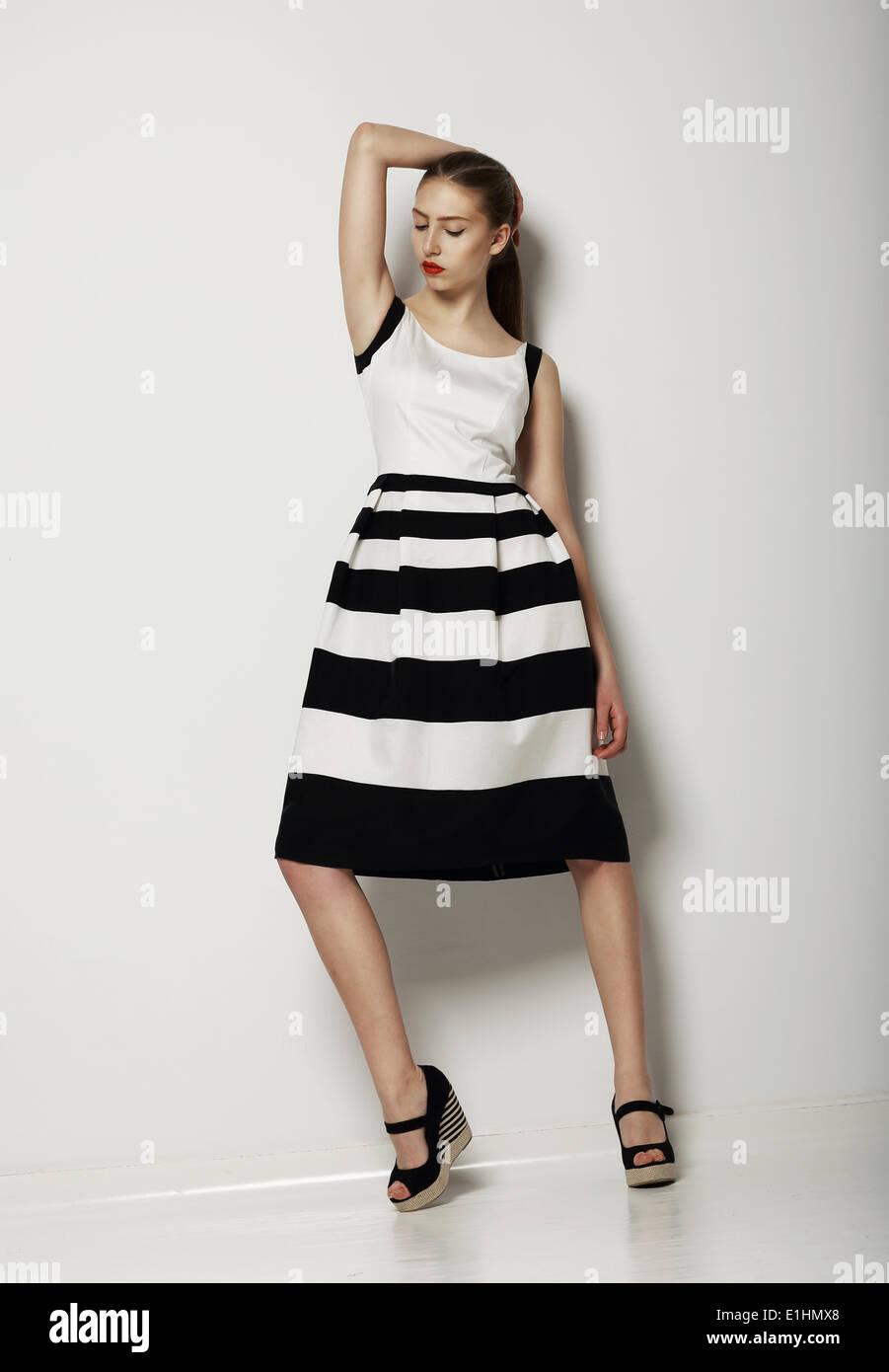 L'individualisme. Jeune femme confiante en revanche Sundress légers Photo Stock