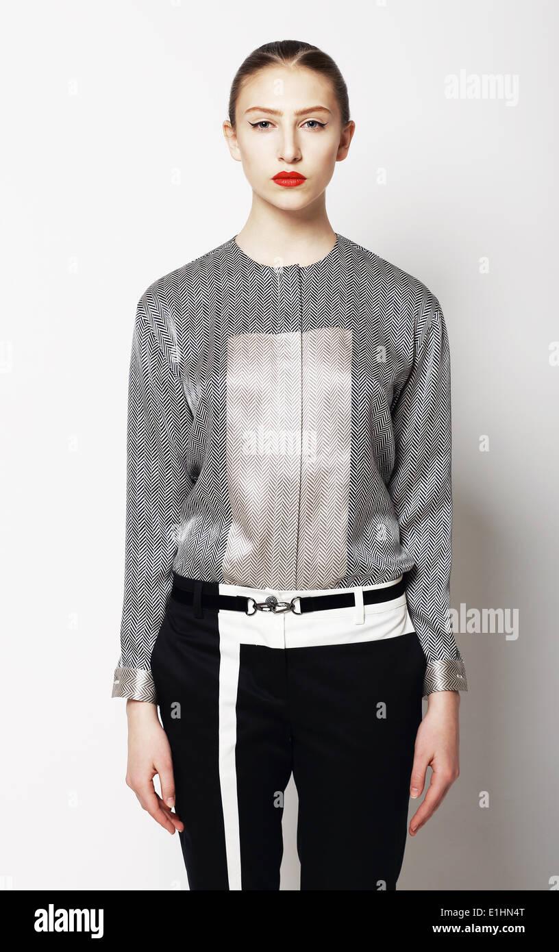 Portrait de jeune femme élégante en gris vêtements. Style moderne Photo Stock