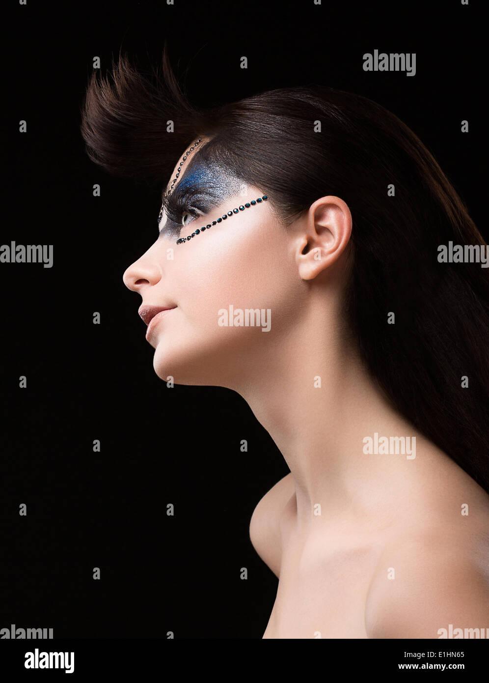 Haute Couture. Brunette futuriste avec des Strass. Maquillage inhabituel fantastique Photo Stock