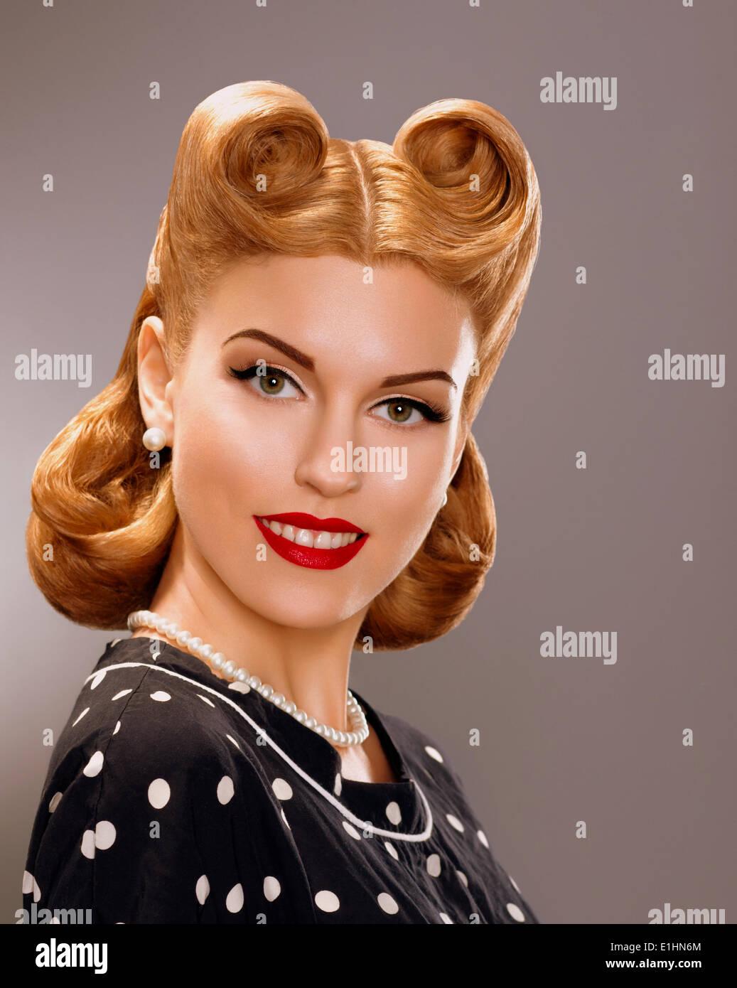 La nostalgie. Femme souriante avec style retro style de cheveux d'or. Noblesse Photo Stock