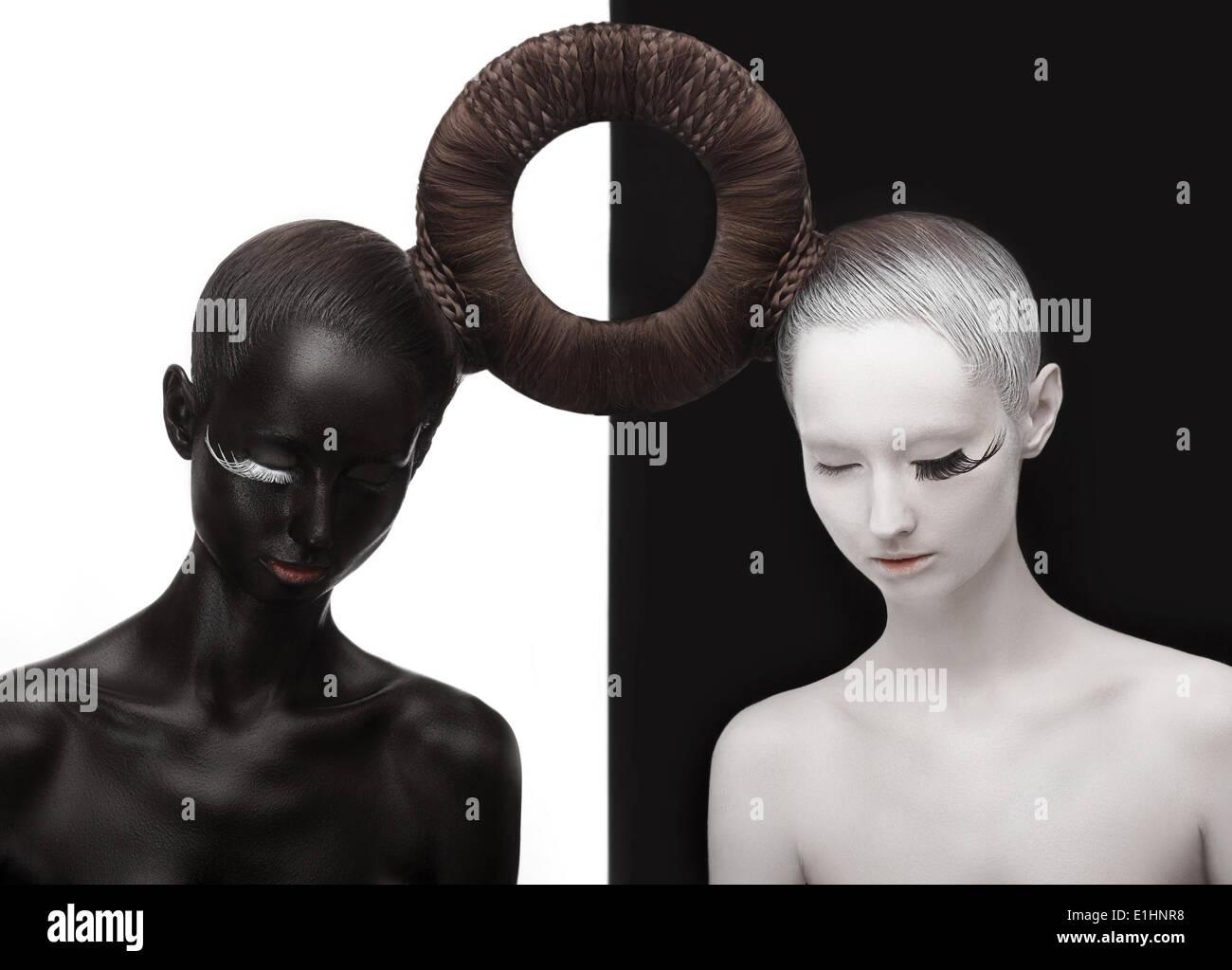 Le Zen. Yin et Yang. Silhouette de deux personnes. Symbole noir et blanc. Concept créatif Orient Photo Stock