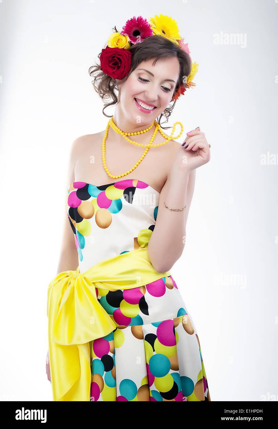 Beauté - heureux vernal jeune femme en robe lumineuse colorée. Série de photos Photo Stock