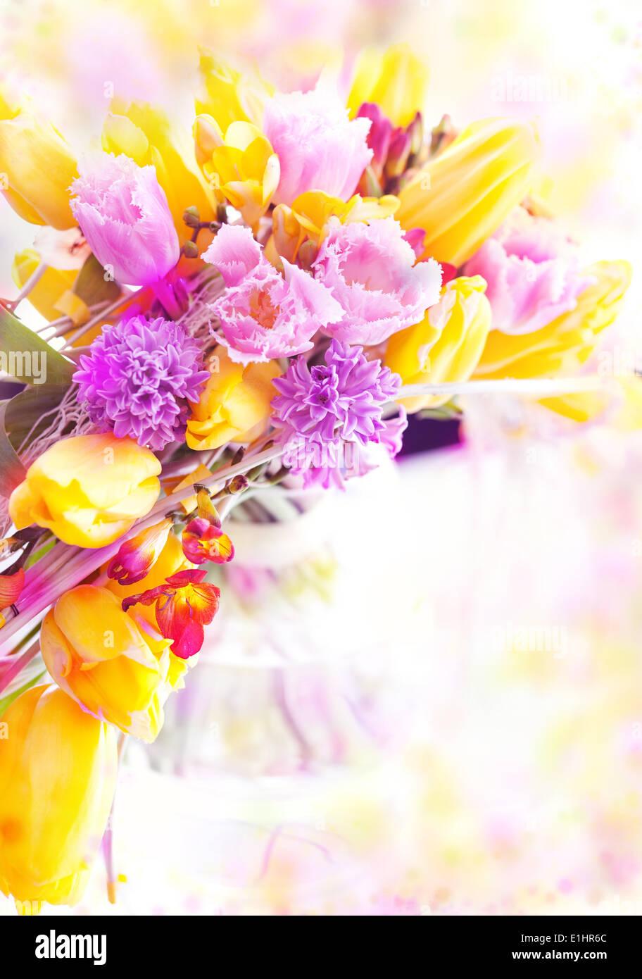 Maison de vacances. De belles fleurs de printemps - tulipes jaunes comme arrière-plan de fête Banque D'Images