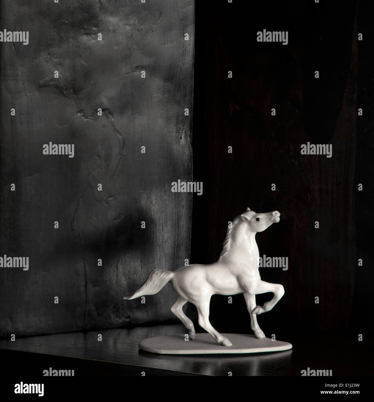 La figure du cheval blanc en face de fond noir Photo Stock