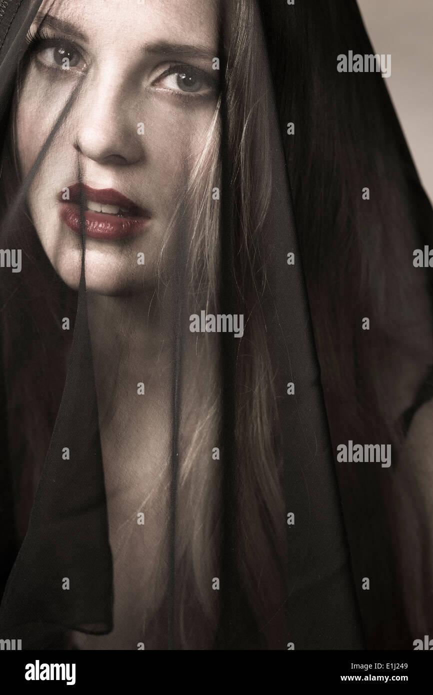 Portrait de jeune femme portant le voile de deuil Photo Stock