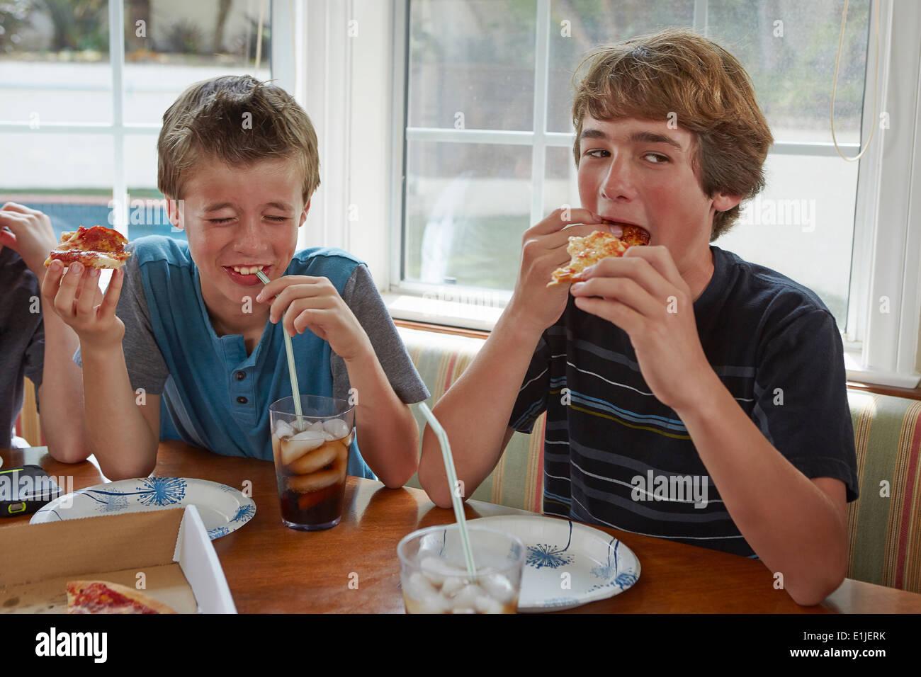 Les garçons eating pizza Photo Stock