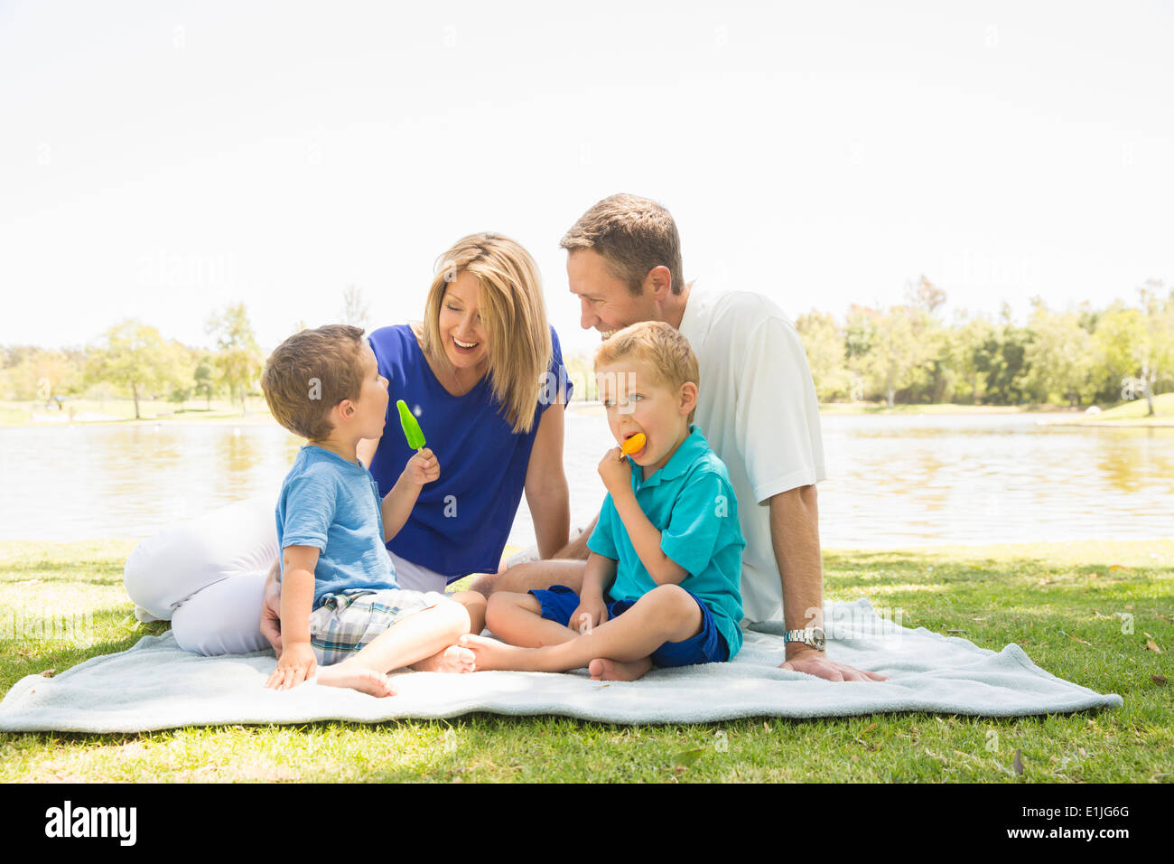 Famille de quatre on picnic blanket, Newport Beach, Californie, USA Photo Stock