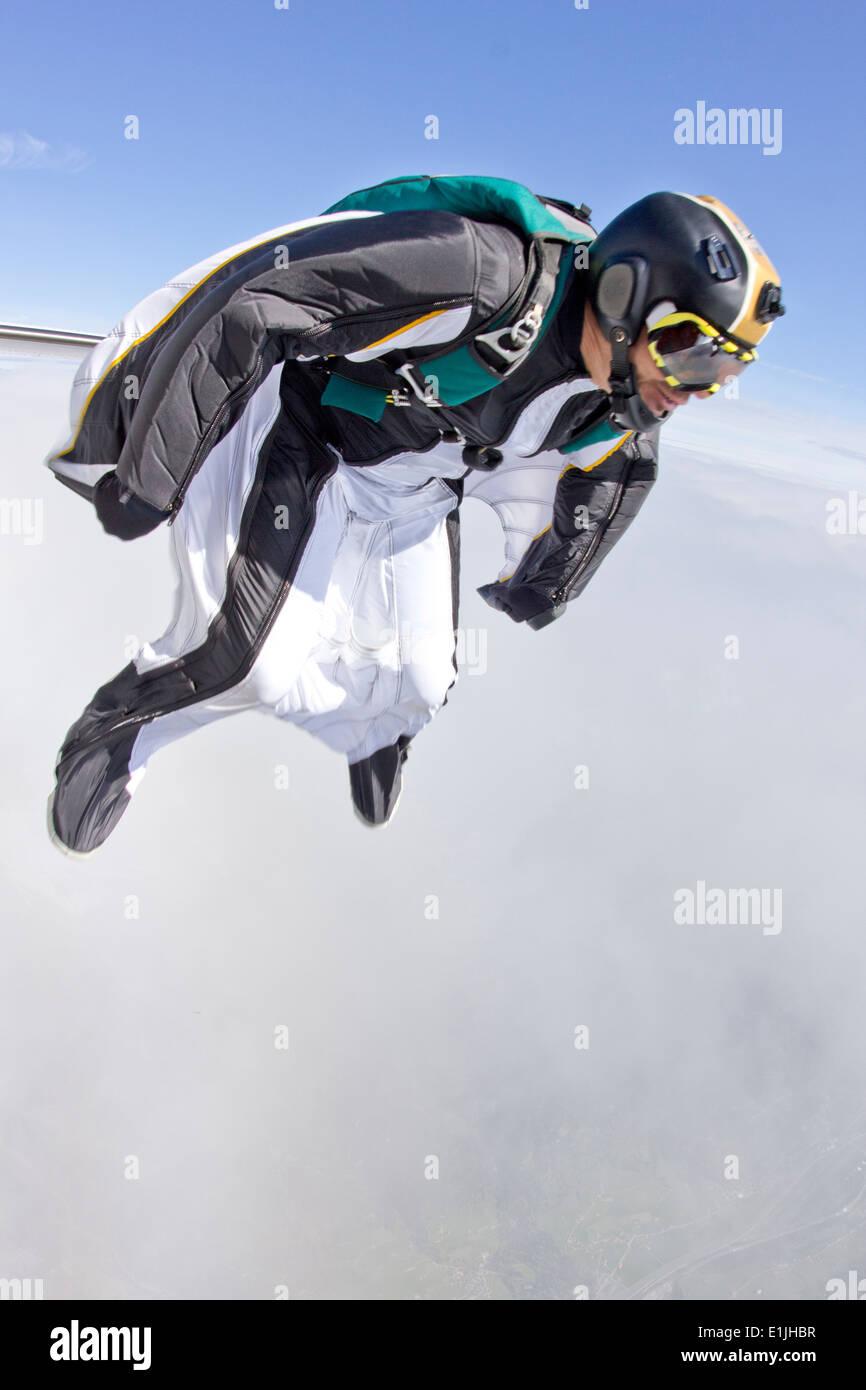 Mid adult man la chute libre en wingsuit prépare à voler Photo Stock