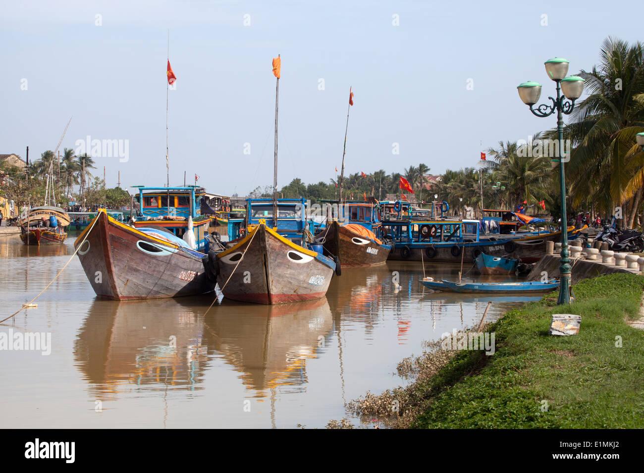 Bateaux dans la rivière Thu Bon à Hoi An Vietnam Photo Stock