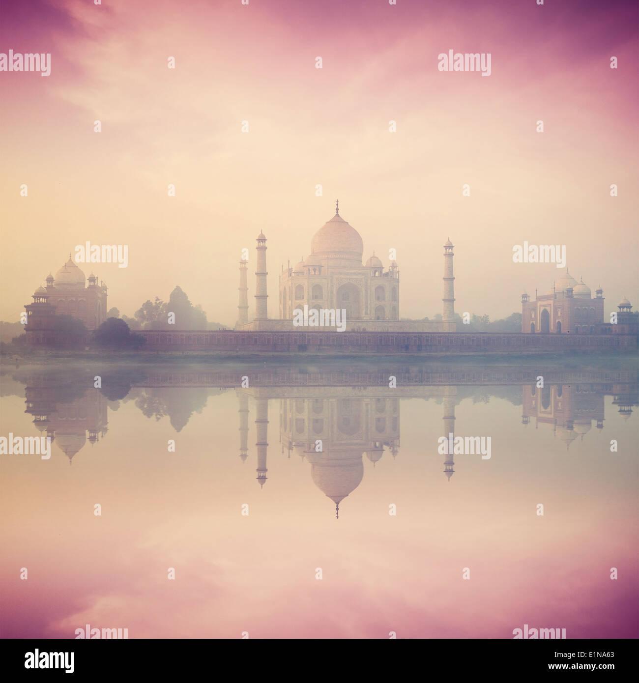 Retro Vintage style hipster image du Taj Mahal sur Lever coucher reflet dans la rivière Yamuna panorama dans le brouillard, symbole indien Photo Stock