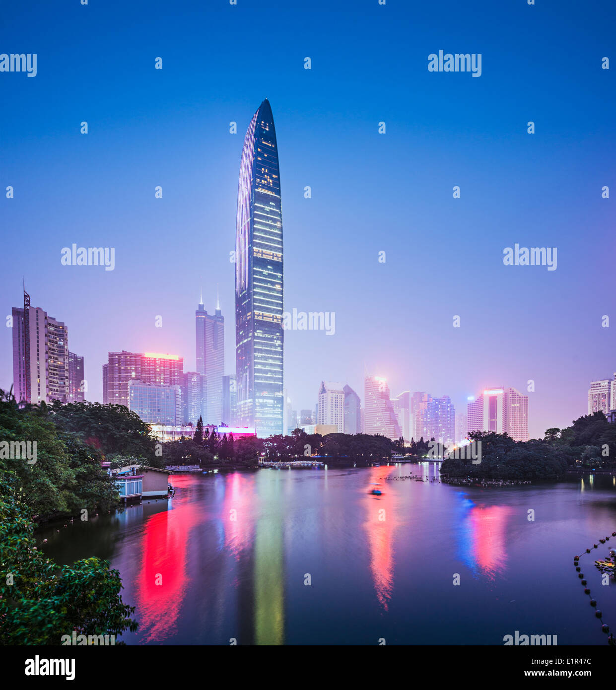 Shenzhen, Chine ville au crépuscule. Photo Stock