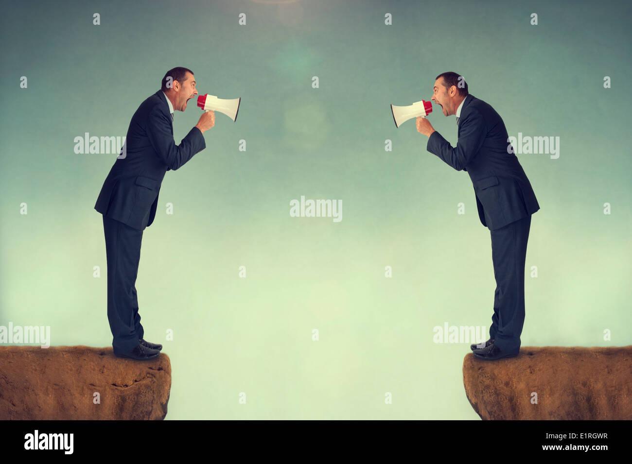 Hommes d'affrontement en criant à l'autre par loudhailers mégaphones ou conflit d'entreprise concept Photo Stock