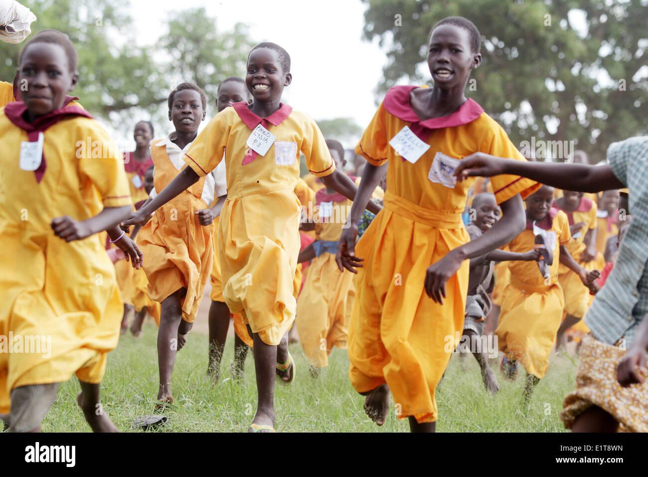 Les enfants de l'école jouent dans leur village dans le district de Lira d'Ouganda du Nord. Photo Stock