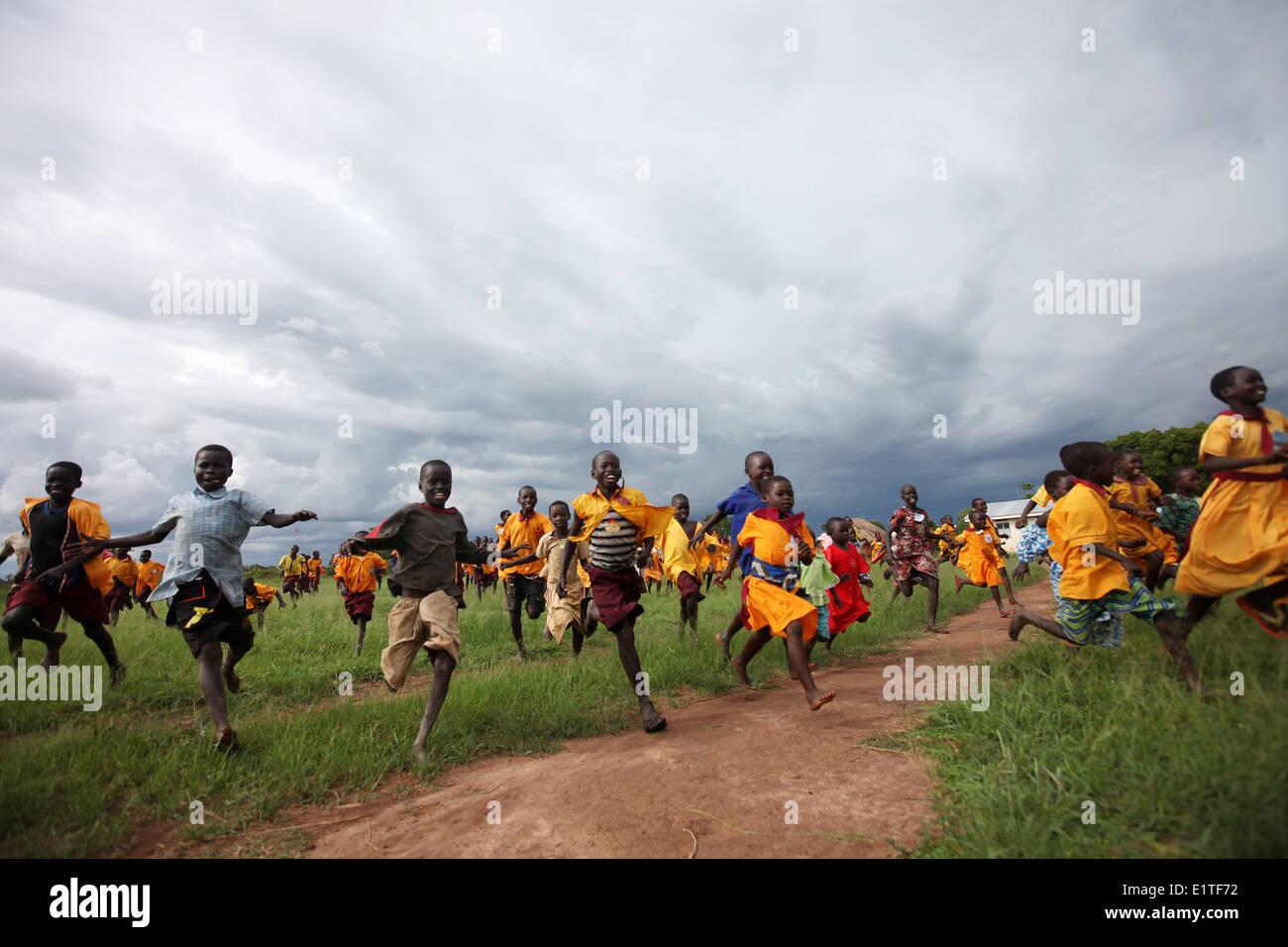 Les enfants courent dans le nord de l'Ouganda Photo Stock