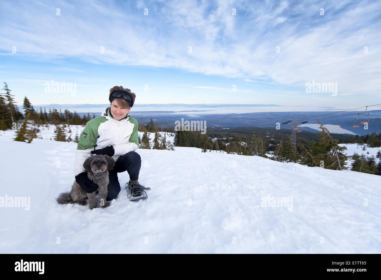 Une femme et son petit chien la raquette sur Forbidden Plateau, vallée de Comox, Vancouver Island, British Photo Stock