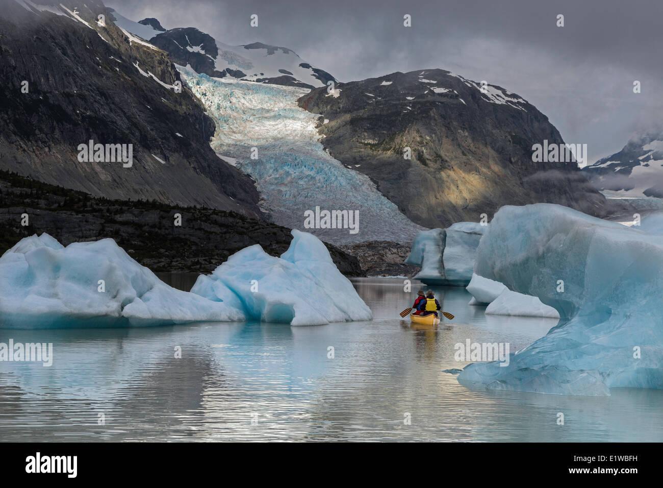 Canoë près de ice bergs, Jacobson, glacier de la chaîne côtière, en Colombie-Britannique, Photo Stock