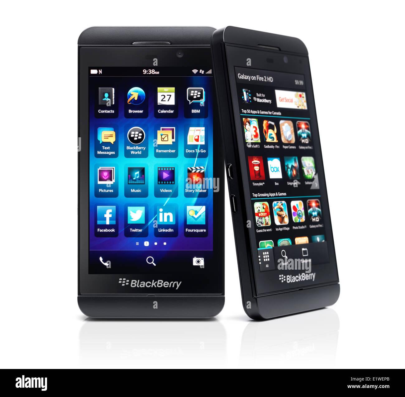 Deux smartphones Blackberry Z10 avec desktop app store sur l'écran. Téléphones noir isolé Photo Stock