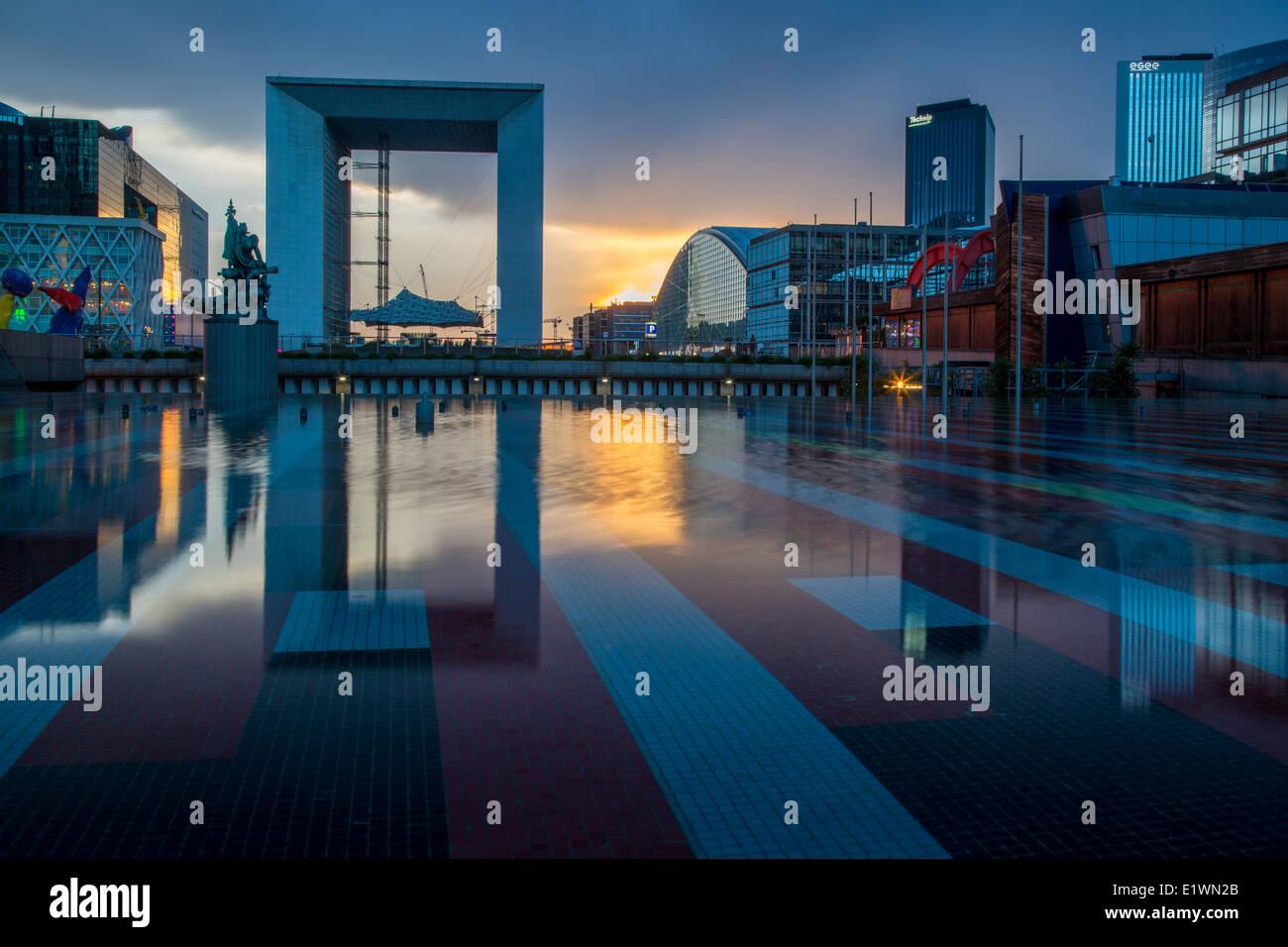 La Grande Arche de la Défense, et les édifices modernes de la Défense, Paris France Banque D'Images