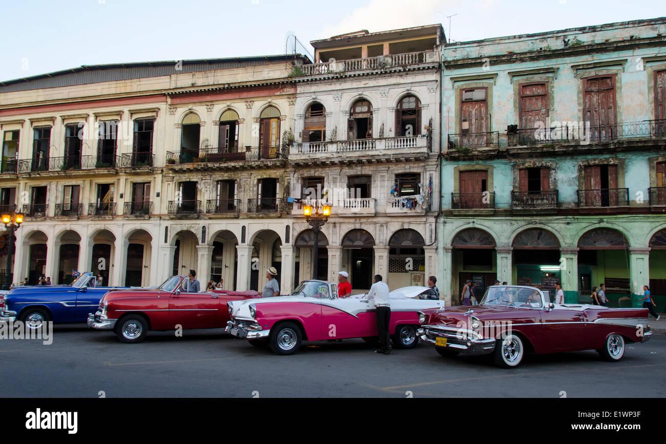Voitures américaines classiques et anciennes façades de bâtiments, La Havane, Cuba Photo Stock