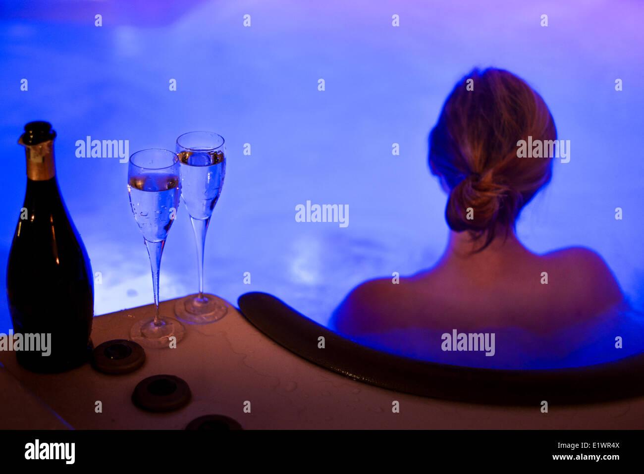 Les femmes attirantes de détente dans l'usine de tubes et de boire le champagne le soir du Réveillon Banque D'Images