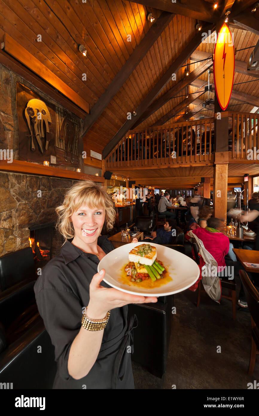 Un serveur au restaurant l'abri de l'affichage d'un échantillon de la cuisine de la côte ouest. Tofino, Vancouver Island, British Columbia, Canada Banque D'Images