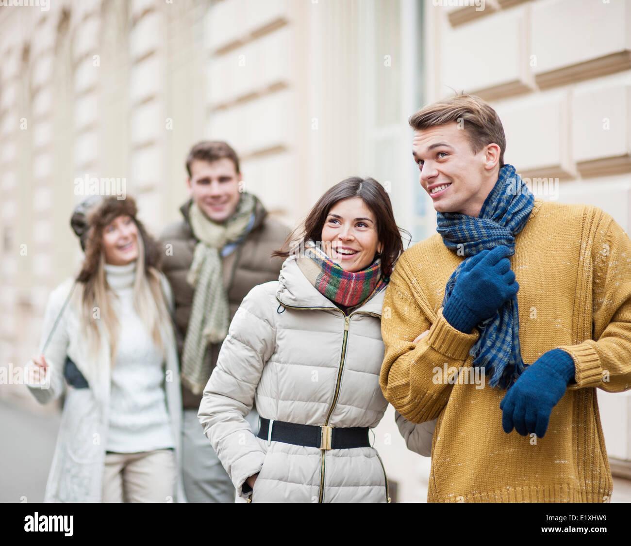 Les jeunes couples heureux en profitant des vêtements chauds locations Photo Stock