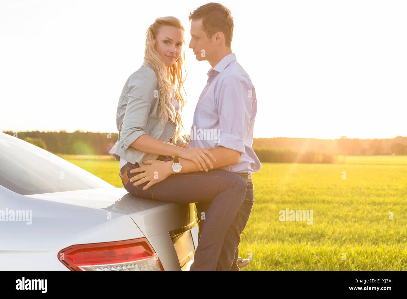 Vue latérale du couple en voiture à campagne Banque D'Images
