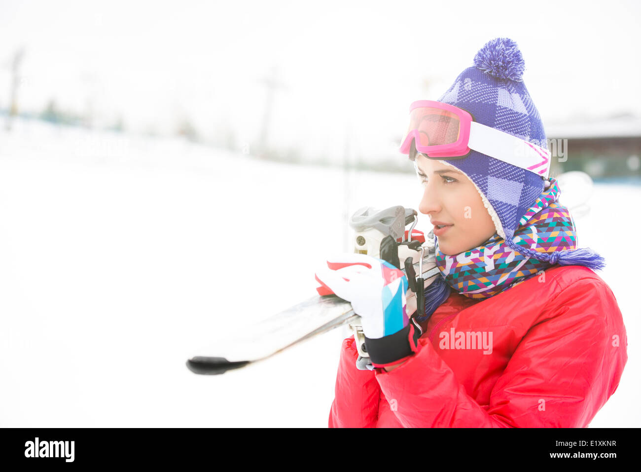 Belle jeune femme portant des skis à l'extérieur Photo Stock