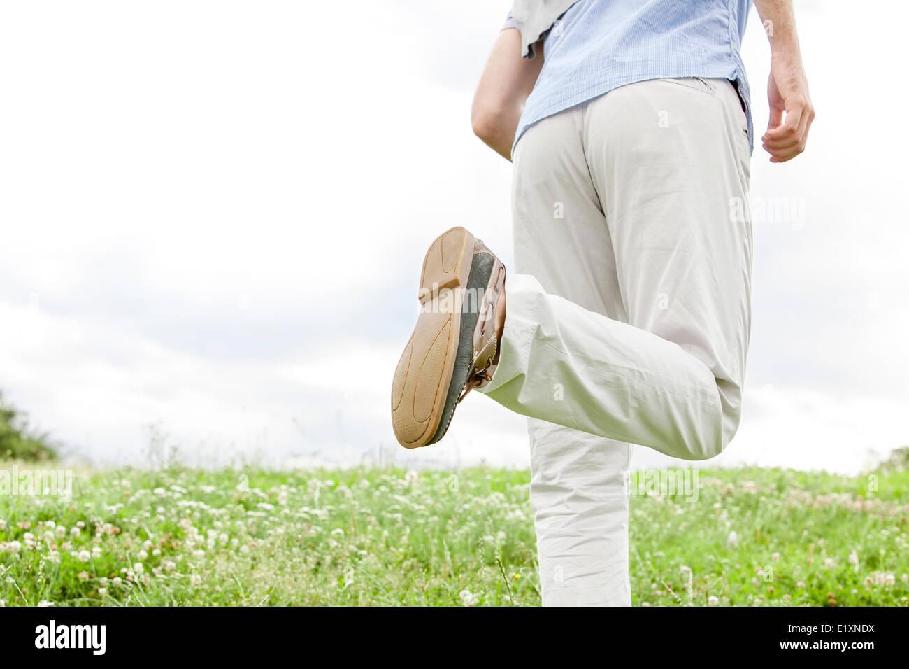 Portrait de l'homme fonctionnant en park against sky Photo Stock