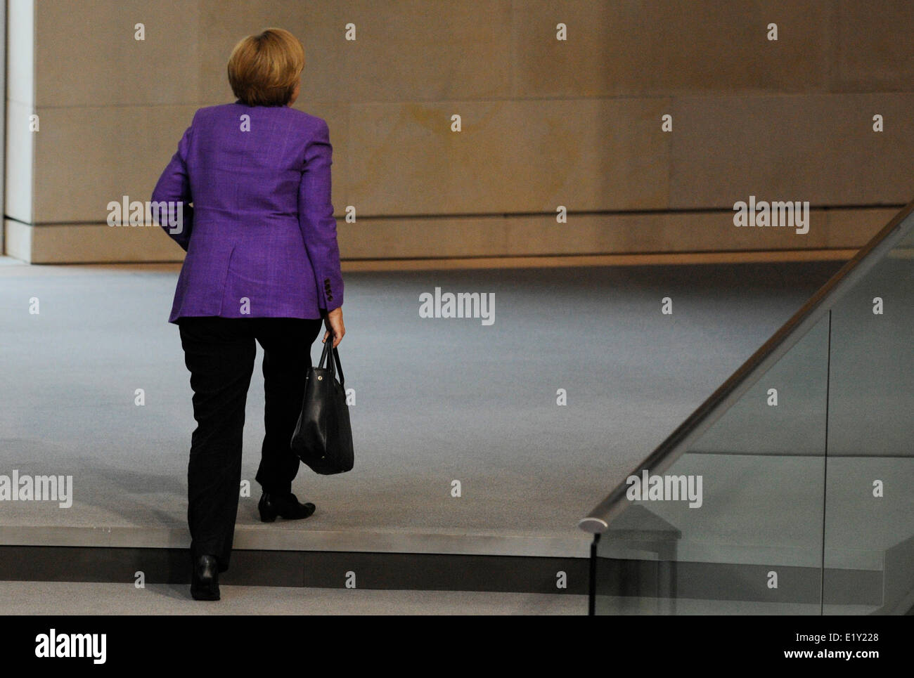 La chancelière allemande Angela Merkel quitte la salle plénière du Bundestag à Berlin le 19 mai en 2010. Banque D'Images