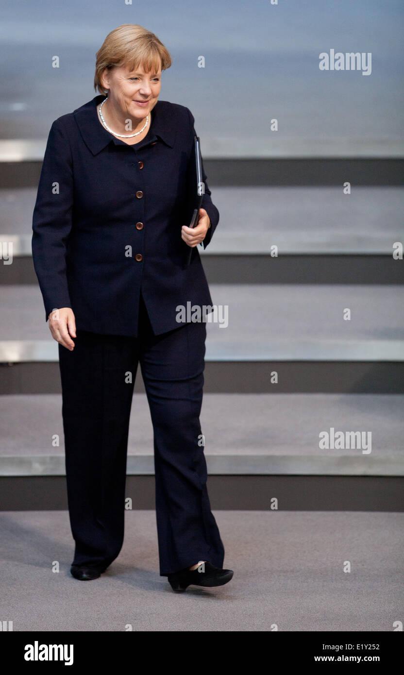 La chancelière allemande Angela Merkel se rend à son siège pendant le débat sur le budget au Bundestag le 7 septembre en 2011. Banque D'Images