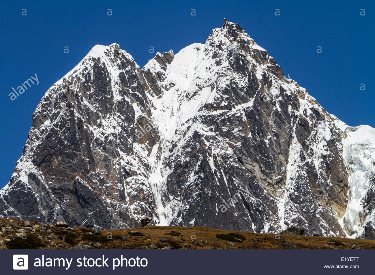 Stupa commémoratif et pic de l'Himalaya, Népal Photo Stock