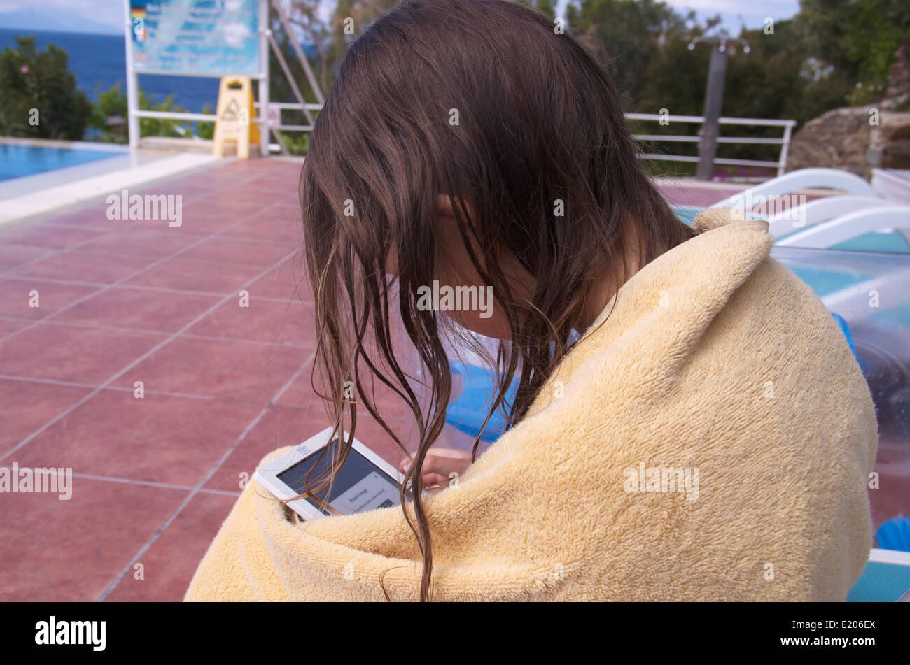 Fille à l'aide d'un e-reader en vacances en Turquie. Photo Stock