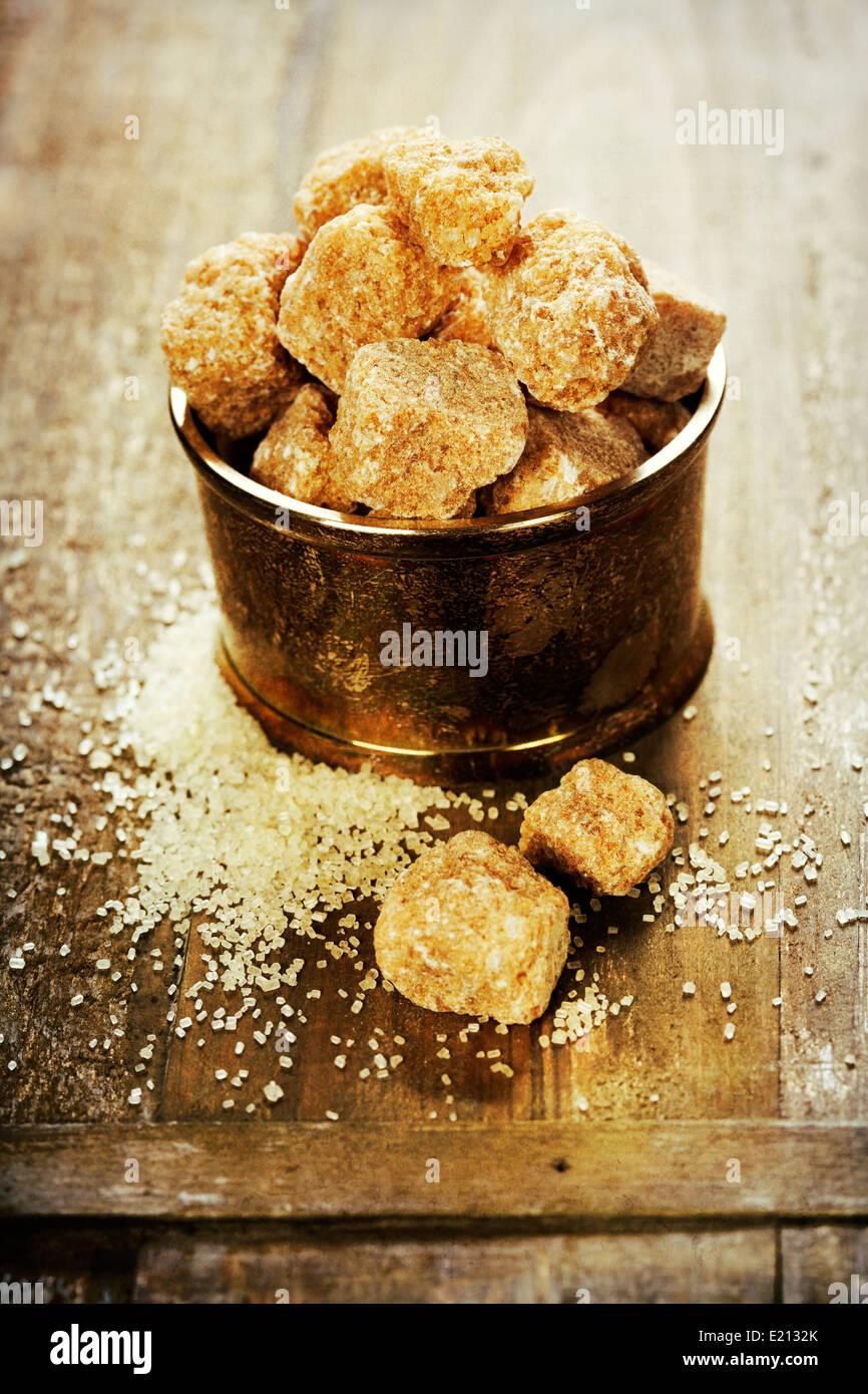 Close-up de sucre brun sur la vieille table en bois Photo Stock