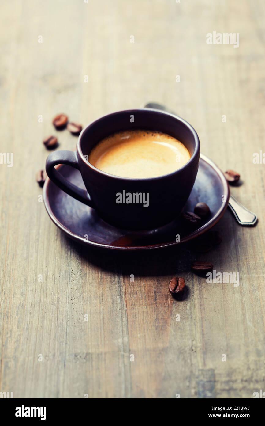 Tasse de café contre fond de bois Photo Stock