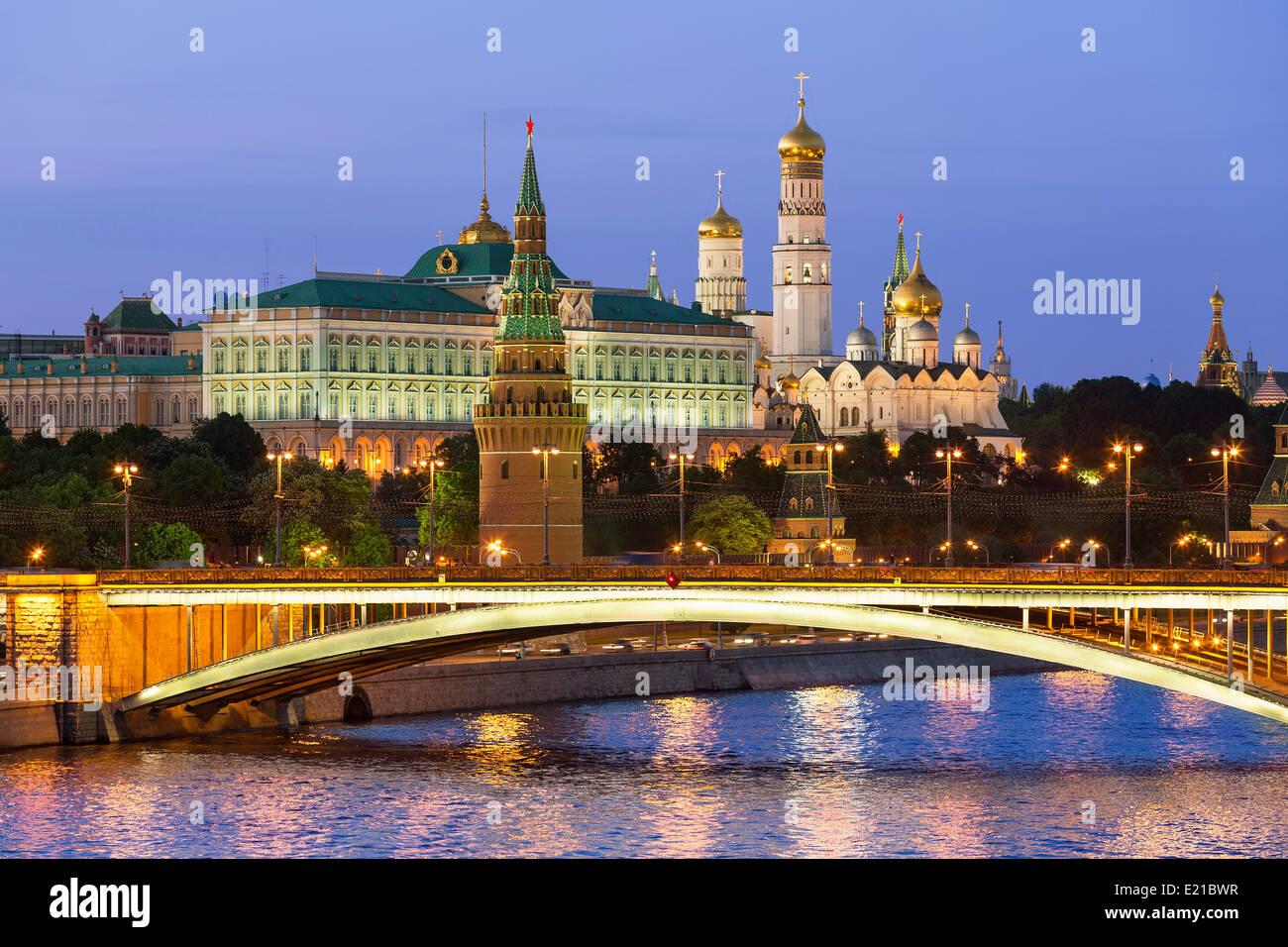 Moscou, le Kremlin et la rivière Moscva par nuit Photo Stock