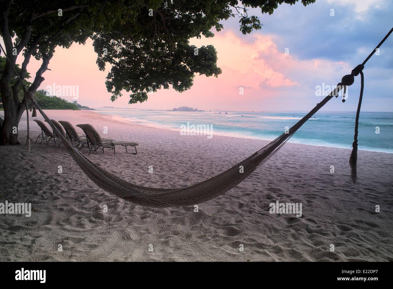 Coucher du soleil sur la plage avec hamac à Punta Mita, au Mexique. Photo Stock