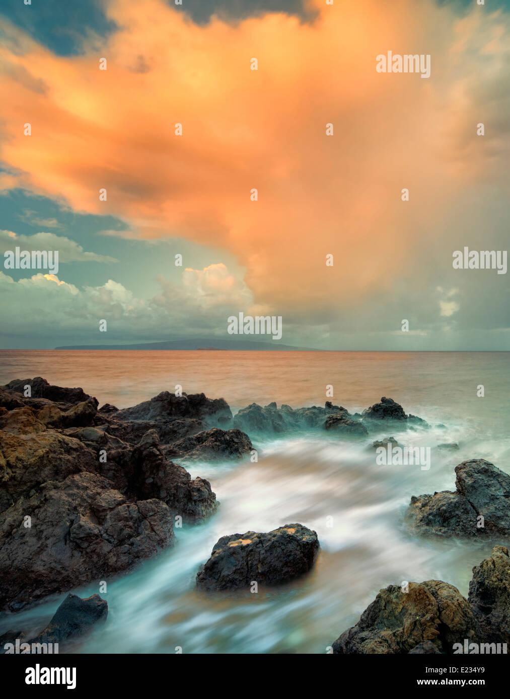 Lever du soleil et des nuages sur plage rocheuse. Maui, Hawaii Photo Stock