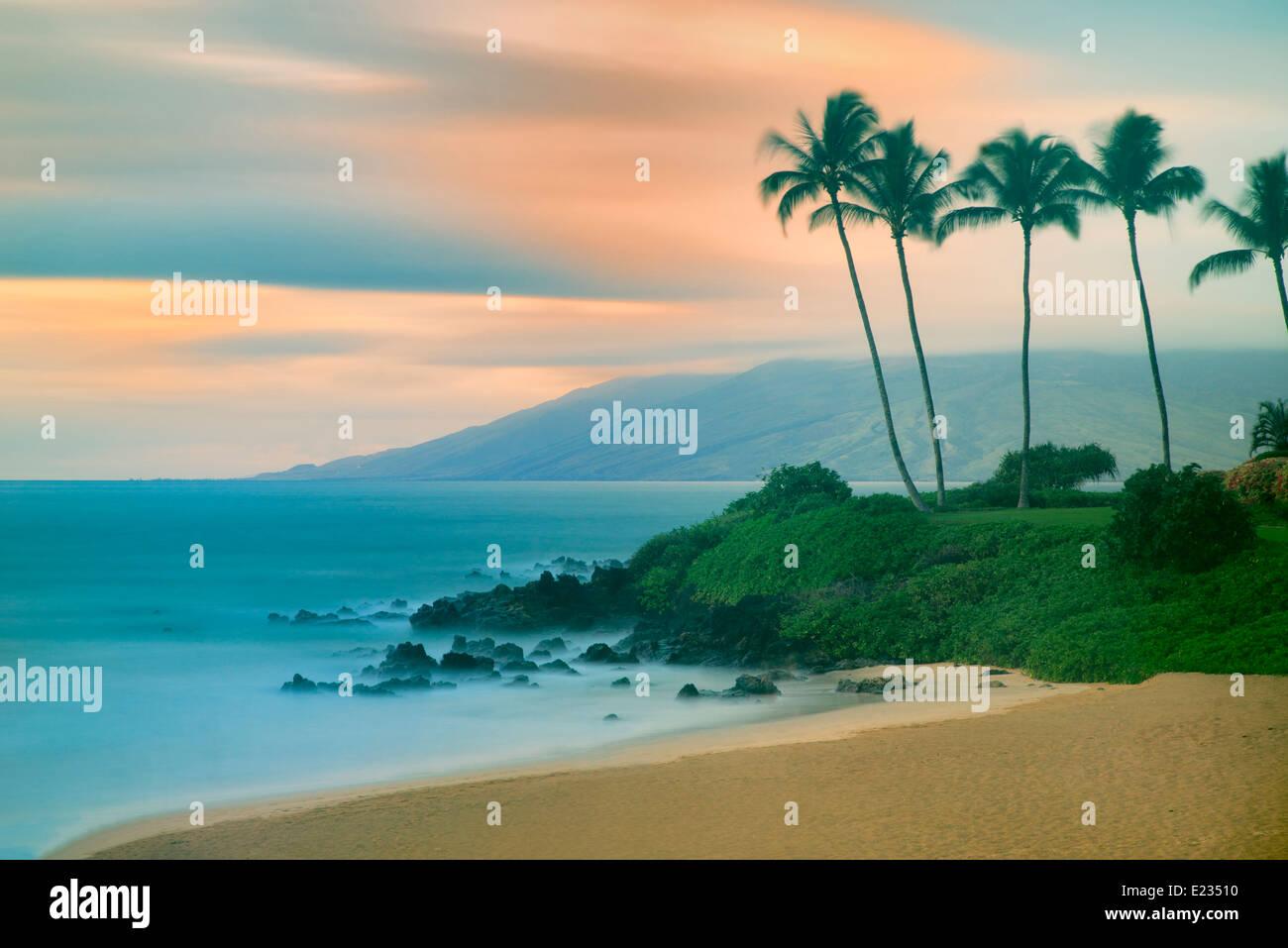 Maui littoral avec le coucher du soleil. Hawaï Photo Stock